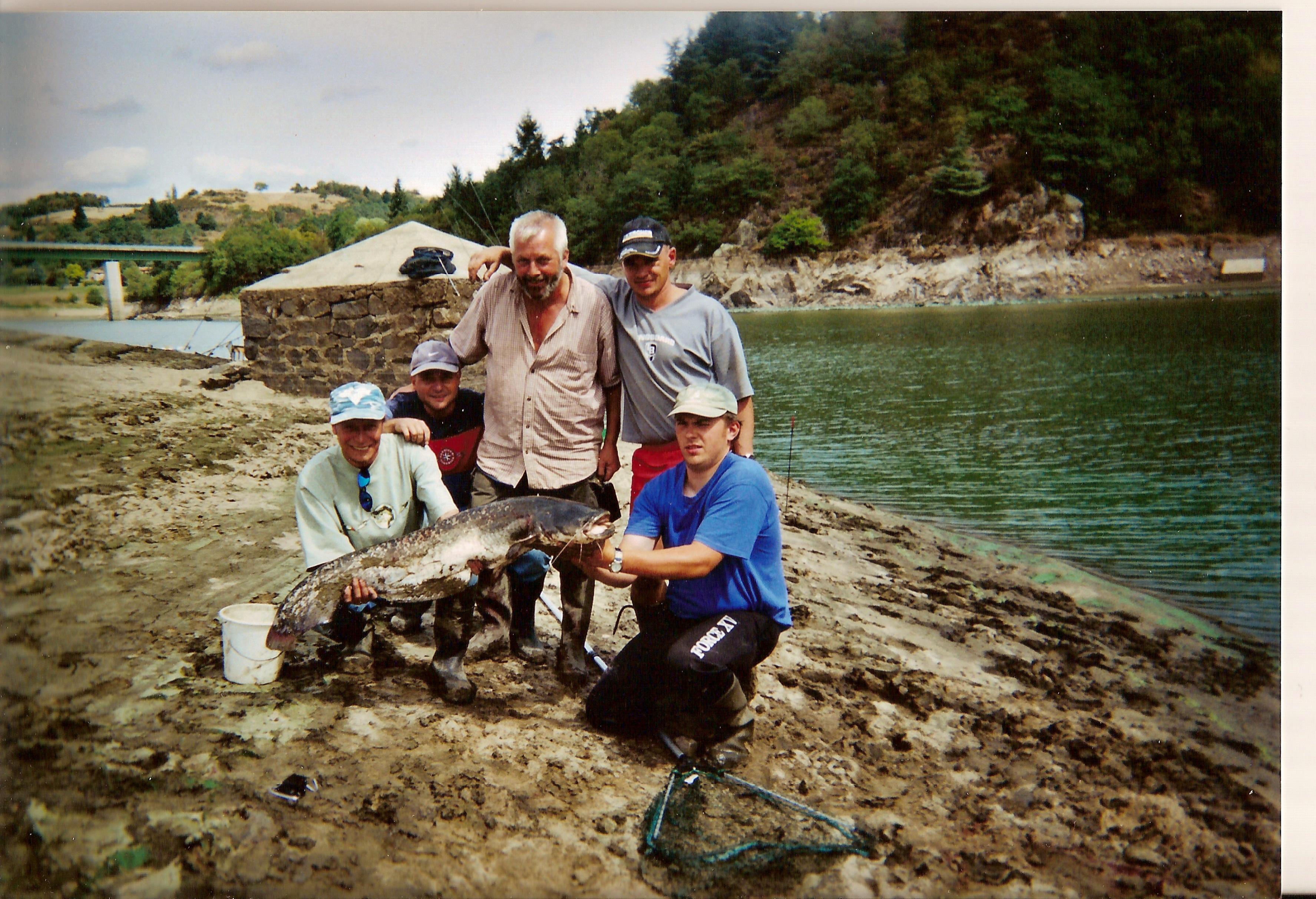 De lappât pour la pêche sur le carassin par les mains de vidéo